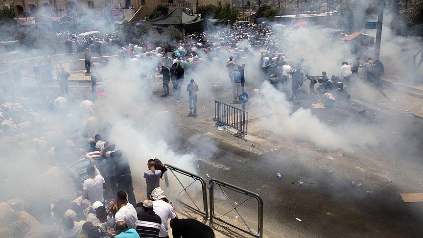 İsrail polisi cami cemaatine saldırdı
