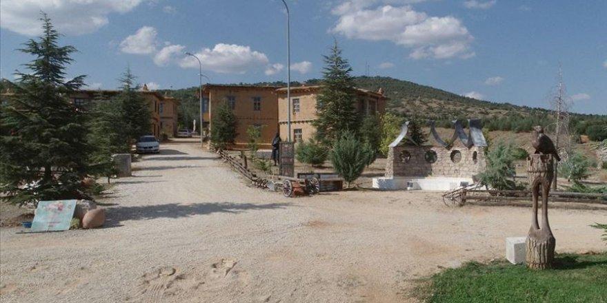 Kerpiç evleriyle büyüleyen 'sanatçı köyü'ne ilgi!