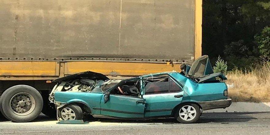 Denizli'de Kontrolden çıkan otomobil TIR'ın altına girdi!