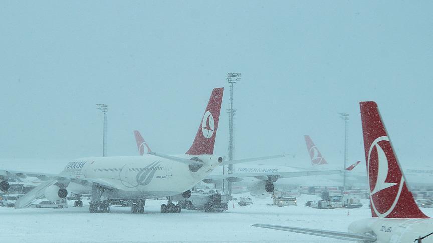 Kar yağışı hava ulaşımını aksatıyor