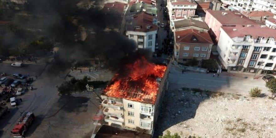 Esenyurt'ta 4 katlı binanın çatısı alev alev yandı