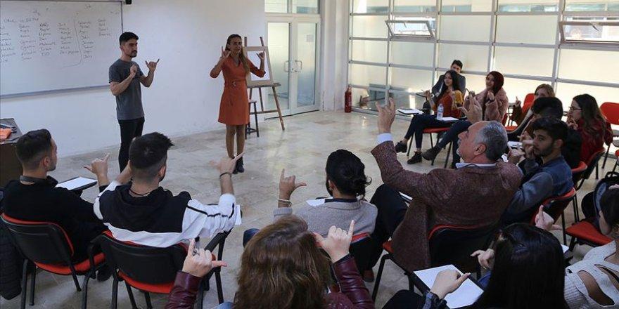 Çetin öğretmen istedi sınıfın tamamı işaret dili öğrenmeye başladı