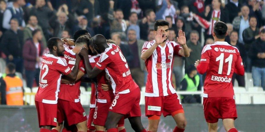 Konya'yı deviren Sivasspor liderliğe yükseldi