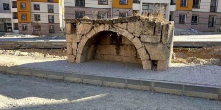 Kırşehir'de TOKİ tarihi çeşmenin içine parke taşları döşedi