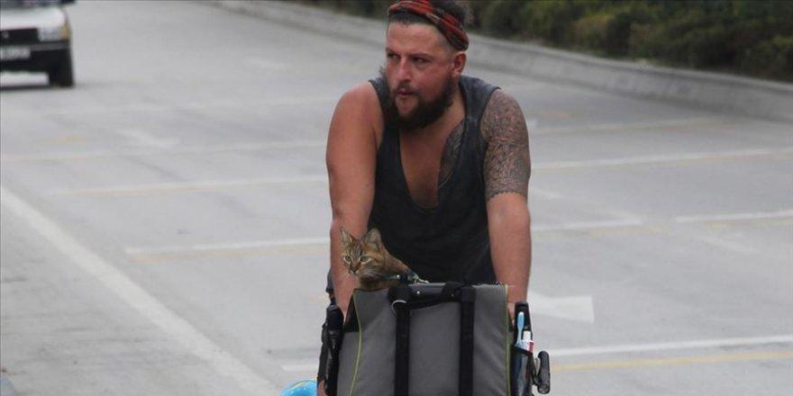 Kedisiyle beraber İskoçya'dan Tayland'a bisikletle gidiyor