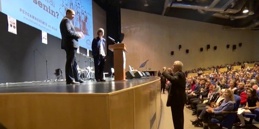 Diyanet'in Romanya'daki etkinliğinde ABD'li diplomat sahneden indirildi