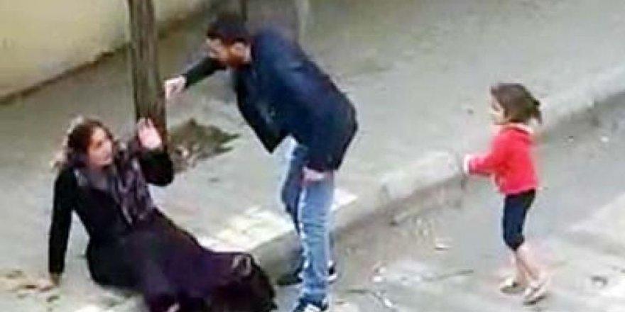 Eşini sokak ortasında dövmüştü; Önce serbest bırakıldı sonra tutuklandı