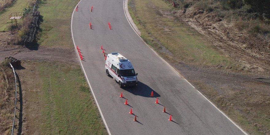 Ambulans şoförleri yarış pistinde hünerlerini böyle sergiledi