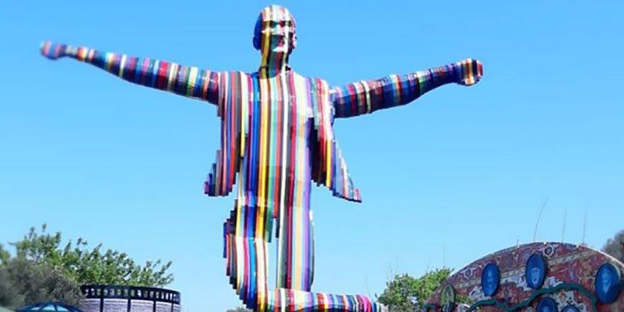 İzmir'de açılan renkli Atatürk heykeli tartışmalara neden oldu