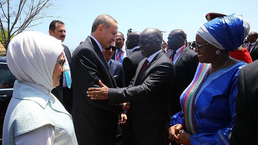Tanzanya'da resmi törenle karşılandı