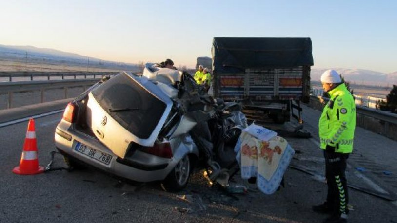 Otomobil, TIR'a çarptı: 1 ölü, 2 yaralı