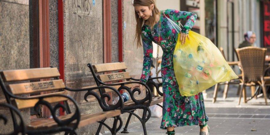 'Sarı poşetli kız' sokak hayvanları için mücadele veriyor