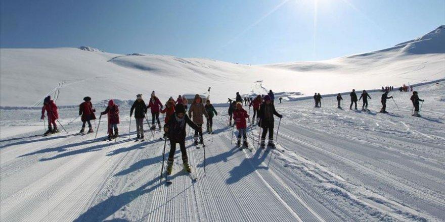 2 bin 800 rakımda kayak öğreniyorlar