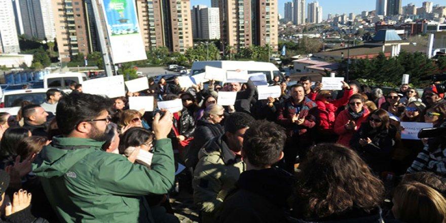 Doğa Koleji önünde velilerden öğretmenler için eylem