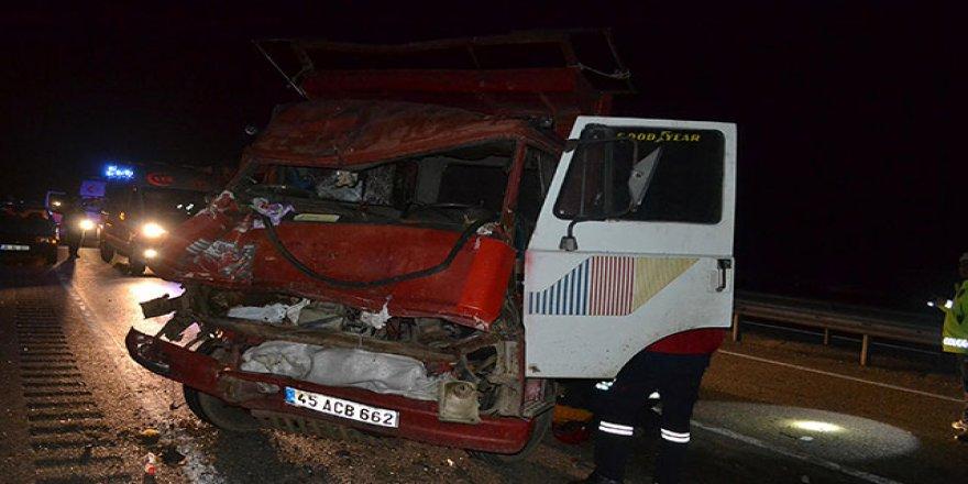 Manisa'da kamyonet TIR'a çarptı!