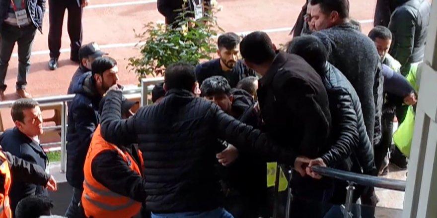 """Asbaşkan gazeteciye saldırdı, """"Kusura bakma"""" dedi"""
