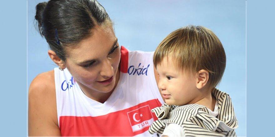 Hem annelik yaptı, hem vizeyi aldı; Naz Aydemir Akyol...