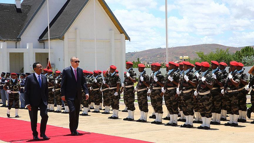 Madagaskar'da resmi törenle karşılandı