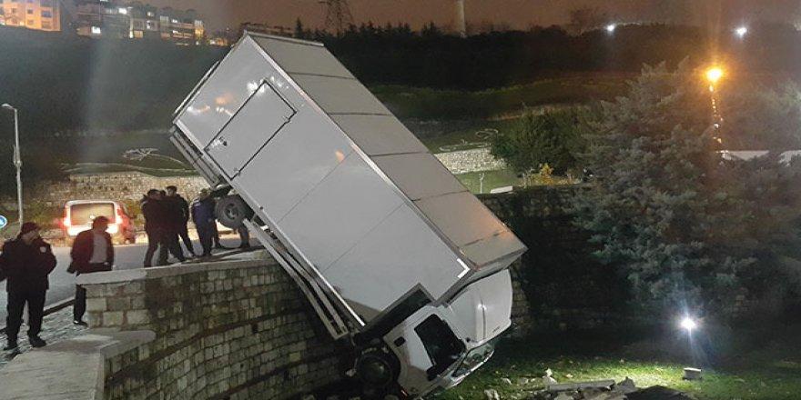 Yoldan çıkan kamyon tepe üstü parka uçtu