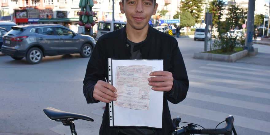 Kırmızı ışıkta geçen, kasksız bisikletliye 420 lira ceza