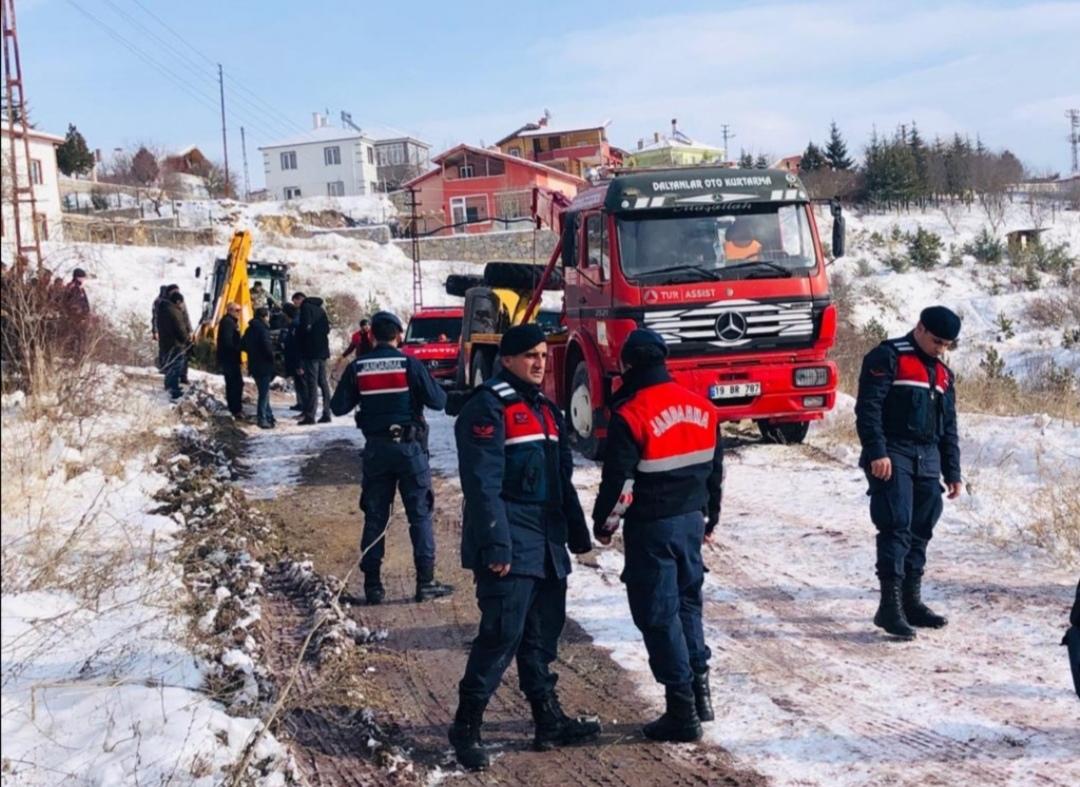 Çorum'da kar temizleyen greyder devrildi: Muhtar öldü, 2 kişi yaralı