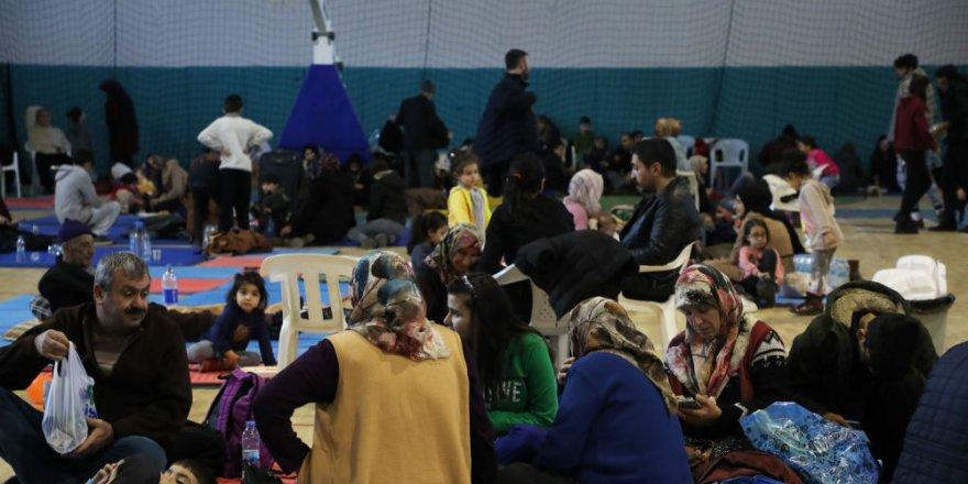 Depremzedeler, geceyi spor salonunda geçiriyor