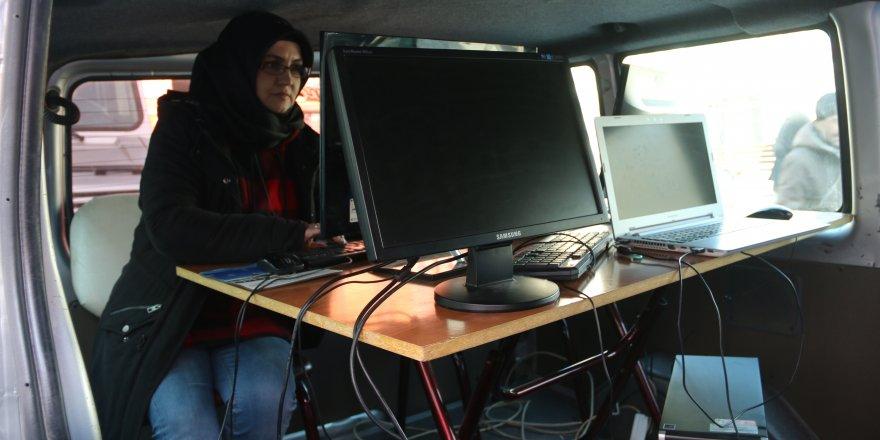 Elazığ depreminde ofisi zarar gören yerel gazete, minibüste çıkarılıyor