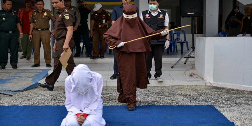 Endonezya'da kadın kırbaçlama ekibi tanıtıldı!