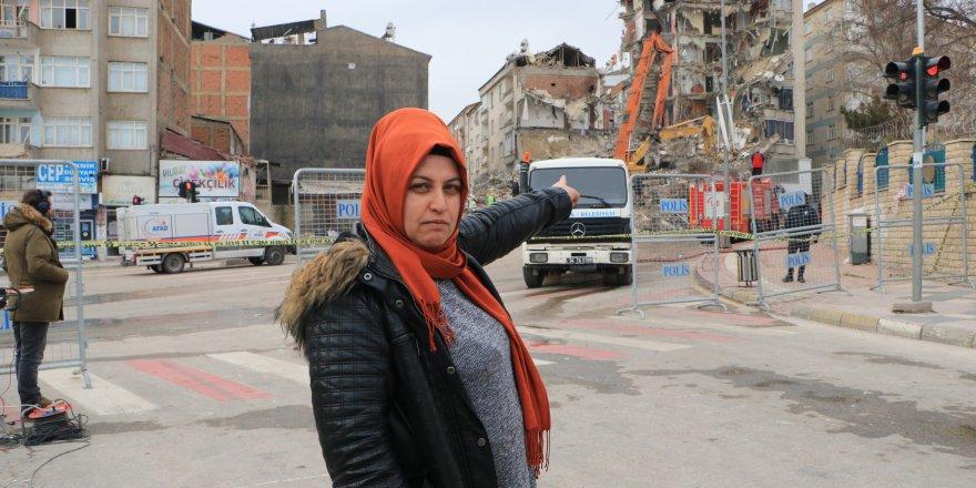 Elazığ'da 2 hafta önce taşındığı bina yıkıldı