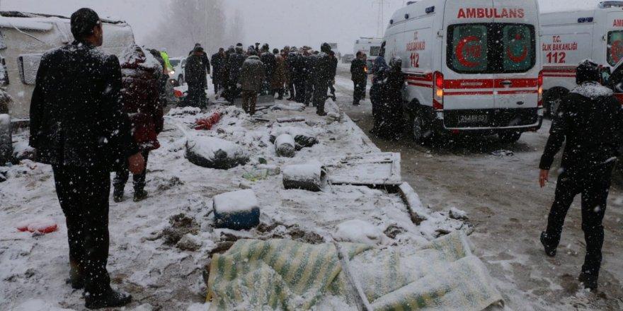 Erzurum'da yolcu otobüsü devrildi: 46 yaralı