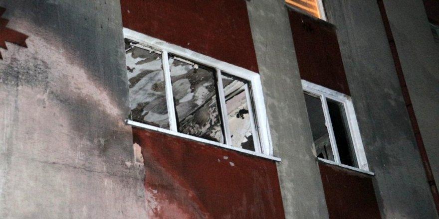 Ankara'da apartmanda yangın: 2'si çocuk, 4 kişi dumandan etkilendi