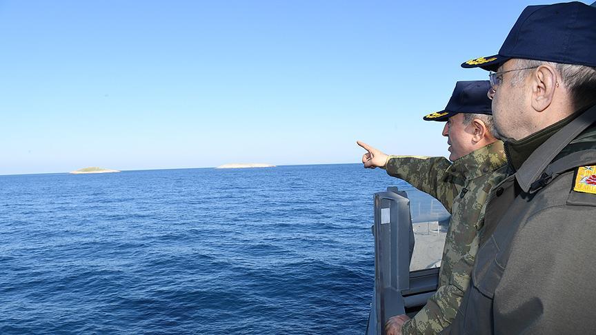 Orgeneral Akar Ege'de gemileri denetledi