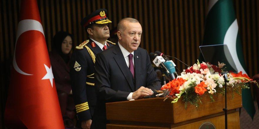Cumhurbaşkanı Erdoğan konuşurken Pakistanlı vekiller masalara vurdu!