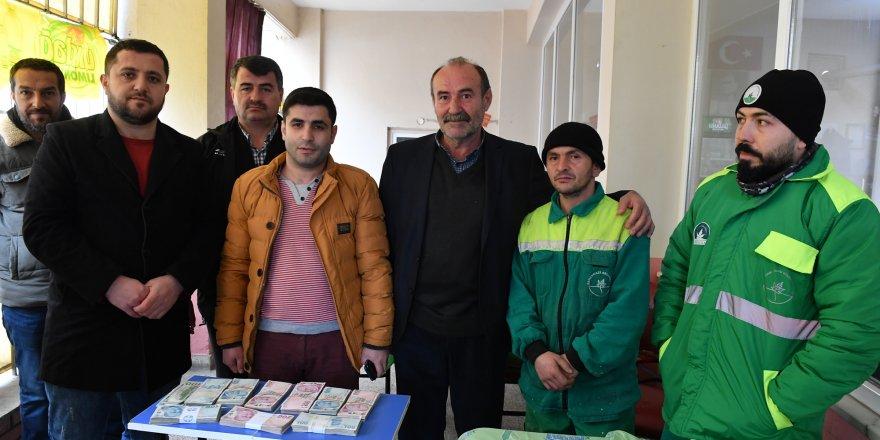 Bursa'da temizlik işçisi, parayı teslim etti!