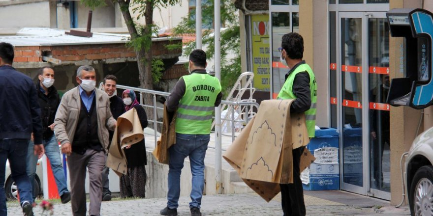 CHP'li belediyeden vatandaşa tek kullanımlık seccade