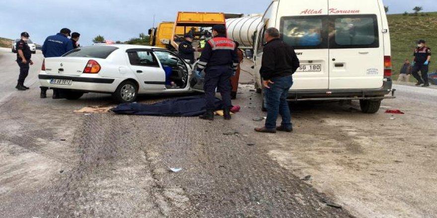 Minibüsle otomobil çarpıştı: Ölüler ve yaralılar var